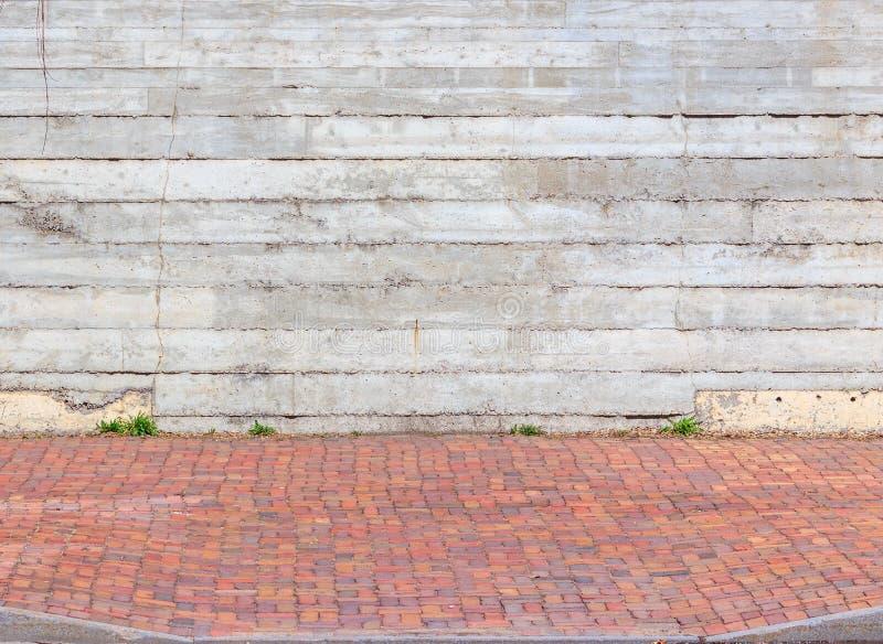 Marciapiede variopinto e parete grigia fotografia stock libera da diritti