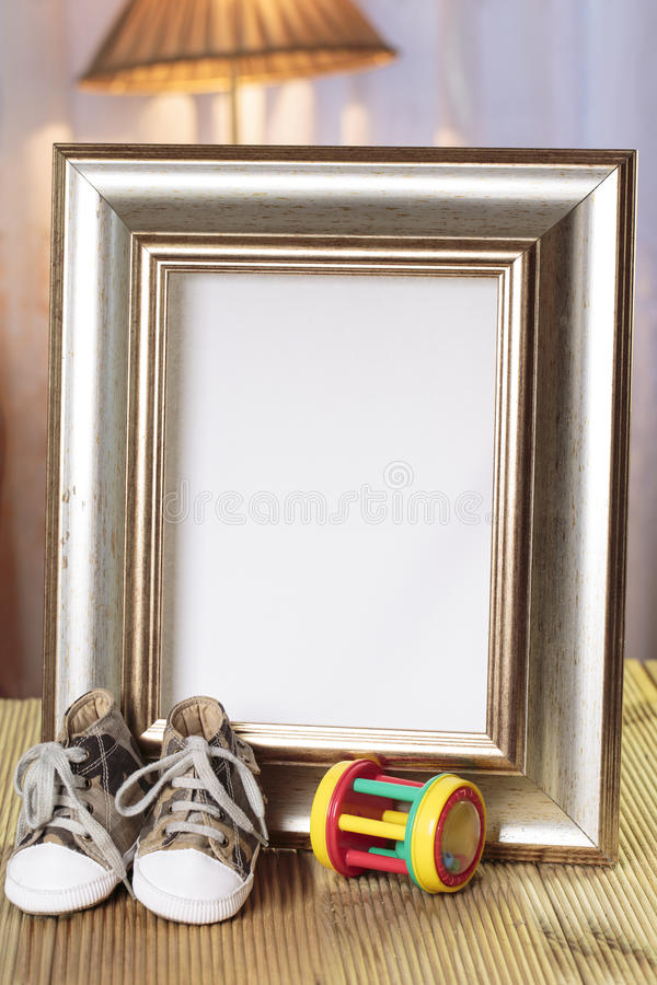 Marco agradable del regalo del bebé adornado fotos de archivo libres de regalías