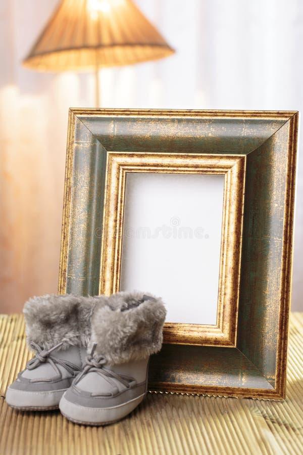 Marco agradable del regalo del bebé adornado foto de archivo