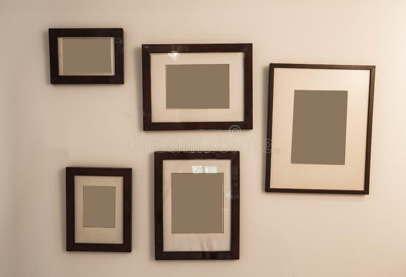 Marco antiguo del espacio en blanco del vintage aislado en la pared blanca del fondo fotografía de archivo