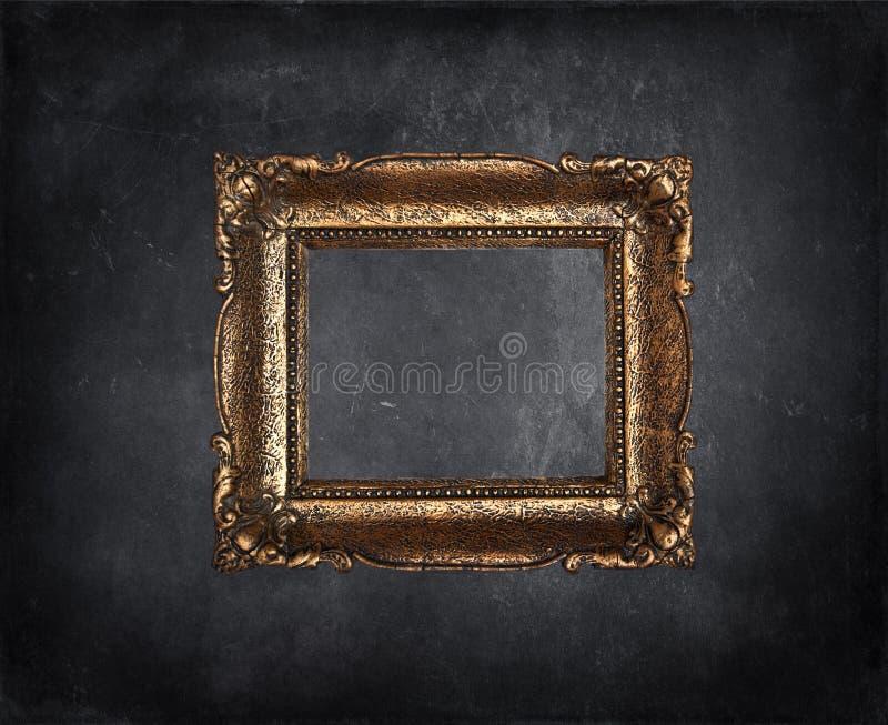 Marco antiguo en la pared negra del grunge imagen de archivo