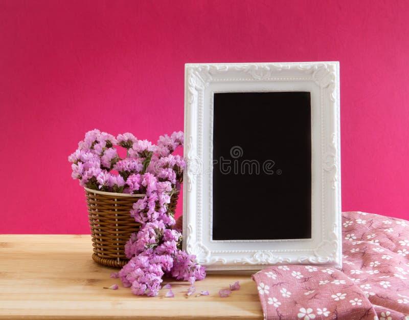 Marco blanco de la foto del vintage con la flor dulce del statice en la cesta o imágenes de archivo libres de regalías