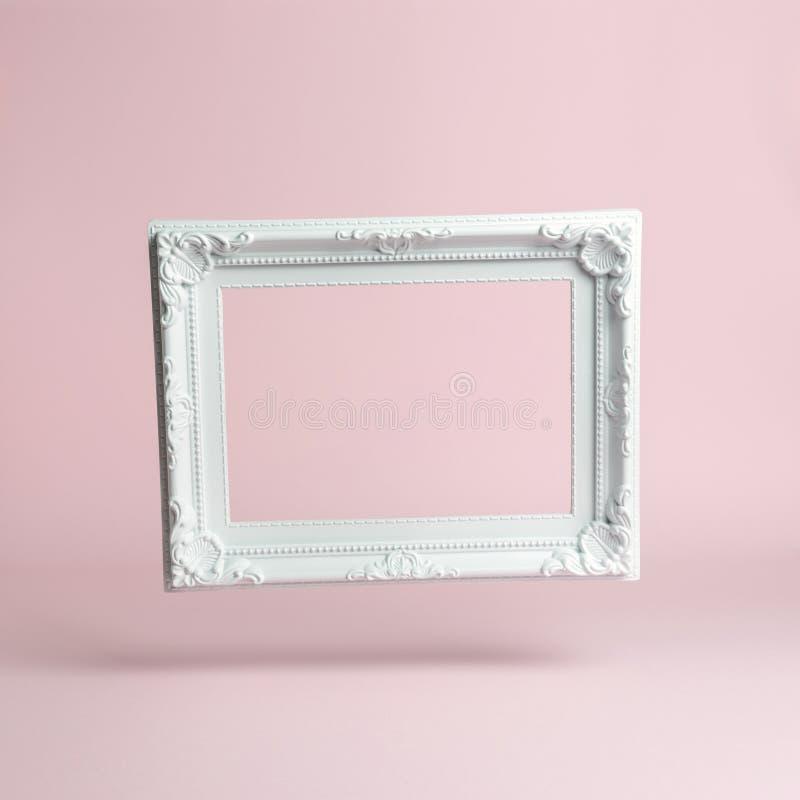 Marco blanco del vintage en fondo rosado Composición mínima fotografía de archivo libre de regalías