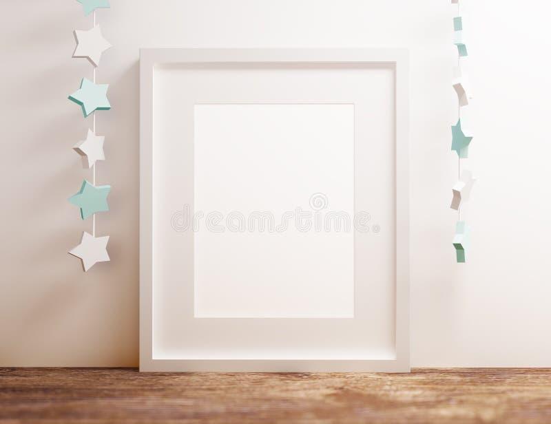 Marco blanco en blanco del cartel en el estante de madera con tema del cuarto de niños de la estrella fotos de archivo