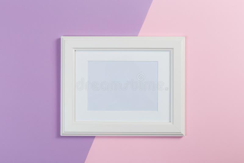 Marco blanco en el fondo del rosa y violeta ilustración del vector