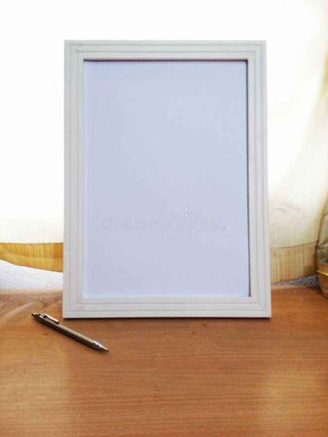 Marco blanco en la posición 4 de la tabla de roble del estudio fotografía de archivo libre de regalías