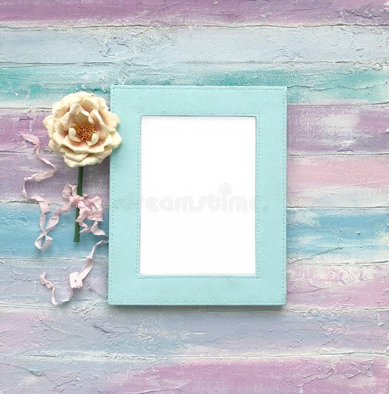Marco blanco en un fondo de madera fotos de archivo