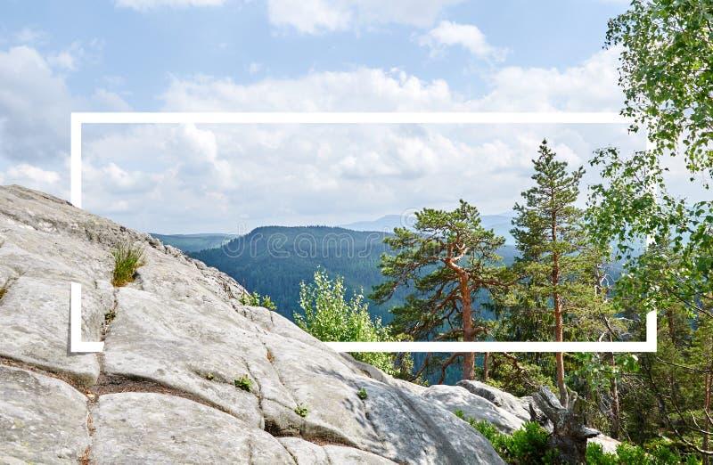 Marco blanco, integrado en el paisaje, para su contenido Bosque del cuento de hadas, paisaje de la montaña fotos de archivo