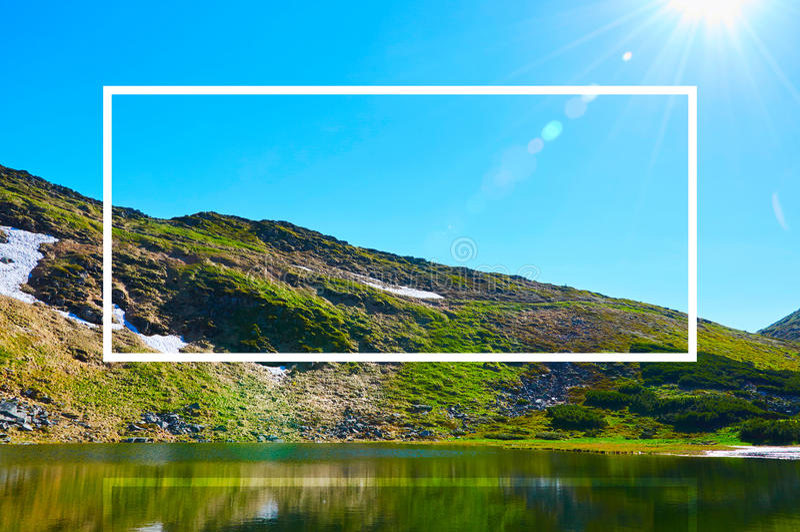Marco blanco, integrado en el paisaje, para su contenido Bosque del cuento de hadas, paisaje de la montaña fotos de archivo libres de regalías