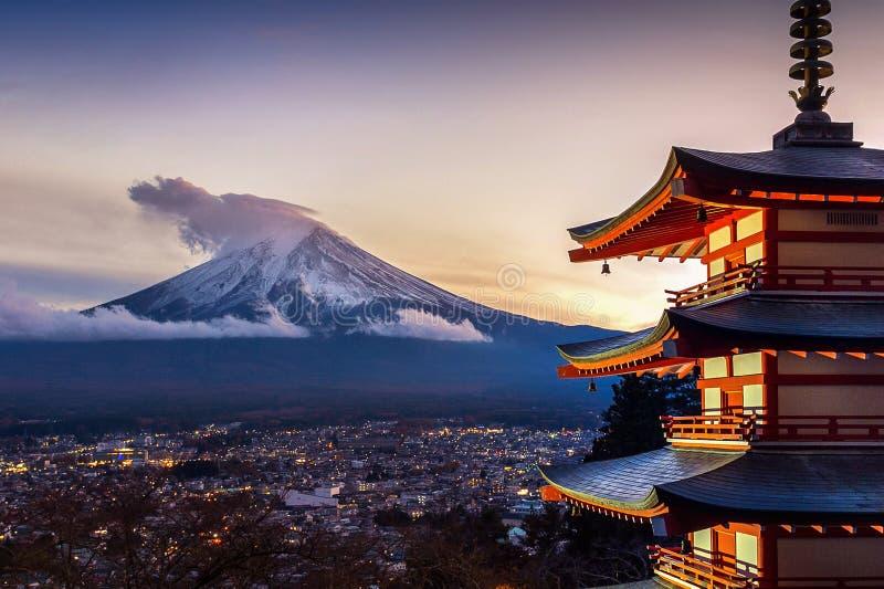 Marco bonito da montanha de Fuji e do pagode no por do sol, Japão de Chureito foto de stock