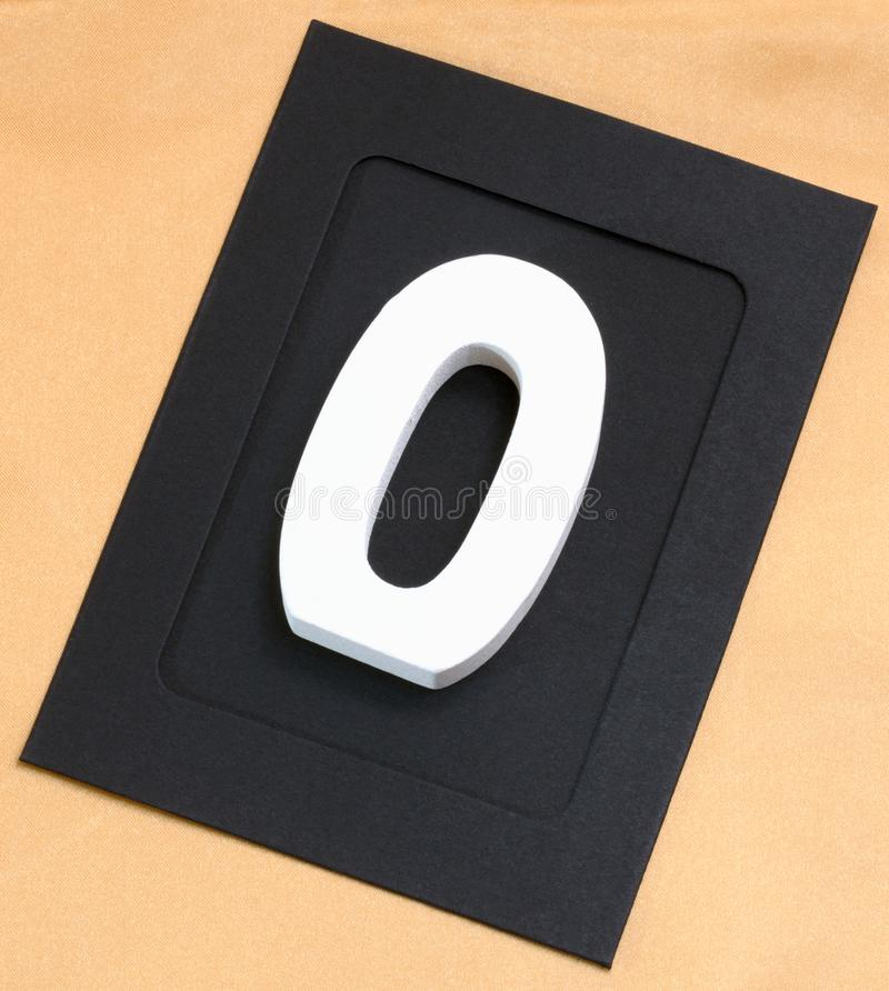 Marco cero de la foto del número blanco de madera adentro en un fondo del oro imagenes de archivo