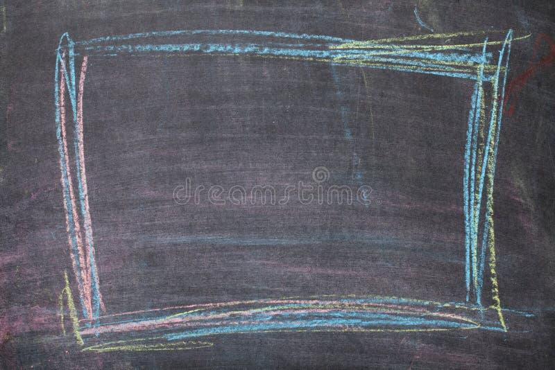 Marco colorido de la tiza en fondo de la pizarra fotografía de archivo libre de regalías