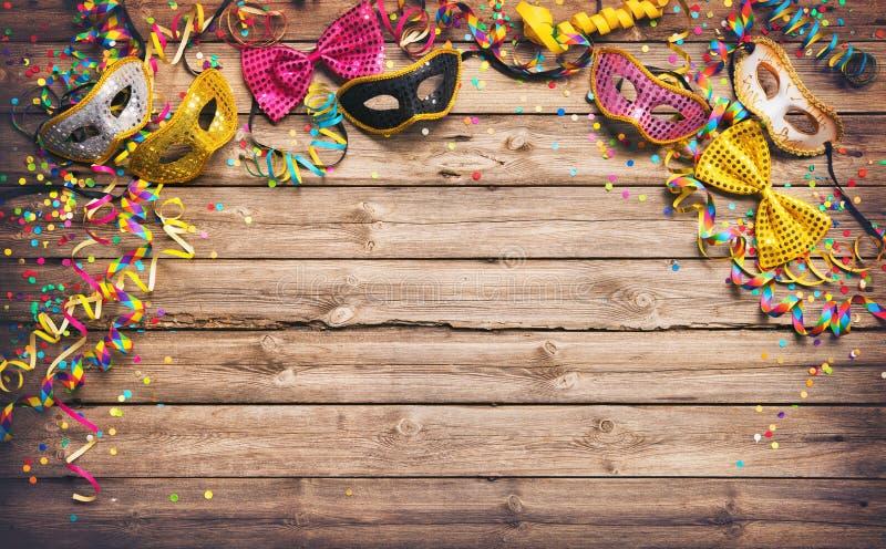 Marco colorido del carnaval o del partido de máscaras, de flámulas y del confett fotografía de archivo libre de regalías