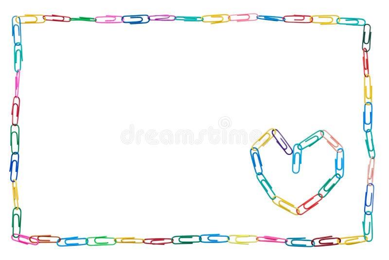 Marco colorido hecho de los clips de papel en el fondo blanco con el corazón para el colega imagen de archivo