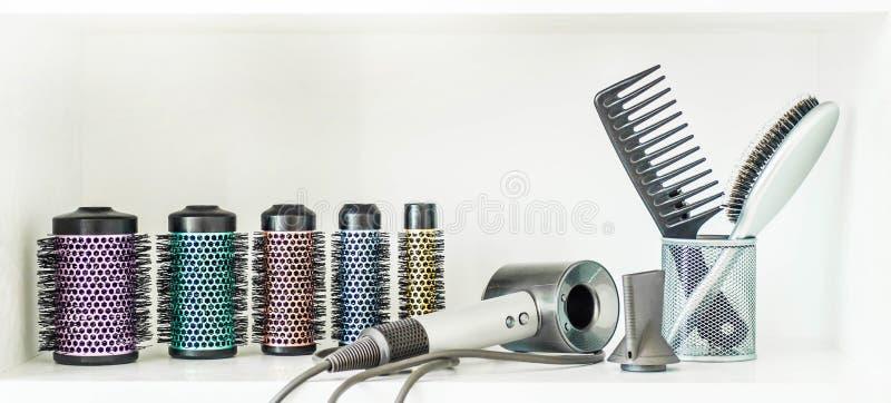 Marco completo de las herramientas profesionales del peluquero en el fondo blanco foto de archivo libre de regalías