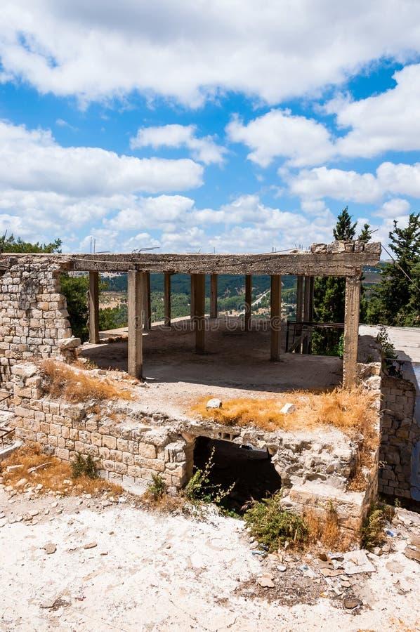 Marco concreto del edificio en la ciudad vieja de Safed con panorama a la naturaleza del norte de Israel foto de archivo libre de regalías