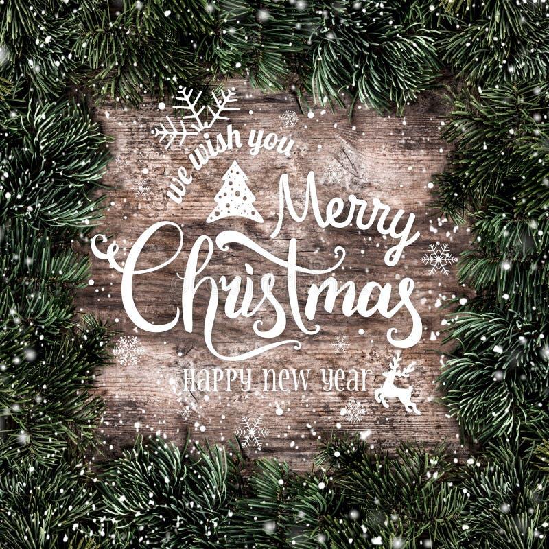 Marco creativo de la disposición hecho de ramas del abeto de la Navidad con los copos de nieve en fondo de madera Feliz Navidad y libre illustration