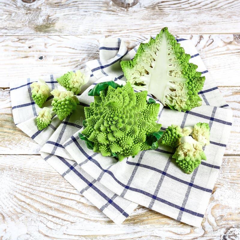 Marco da couve dos brócolos de Romanesco A superfície do fractal da natureza com teste padrão spital, close-up disparou, foco sel fotos de stock royalty free