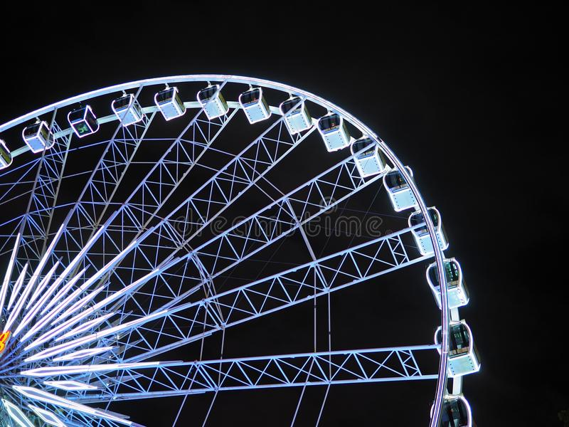 Marco da roda de Ferris no céu noturno fotos de stock royalty free