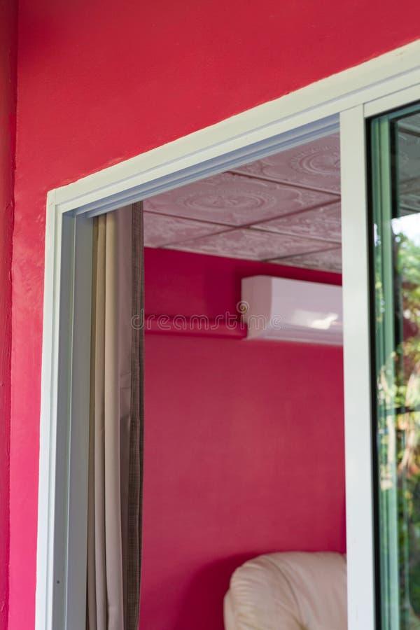 Marco de acero blanco de la puerta de vidrio de desplazamiento fotografía de archivo libre de regalías