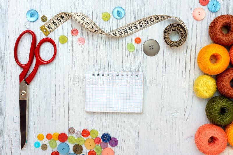 Marco de Copyspace con las herramientas y los accesorios de costura en el fondo de madera blanco imágenes de archivo libres de regalías