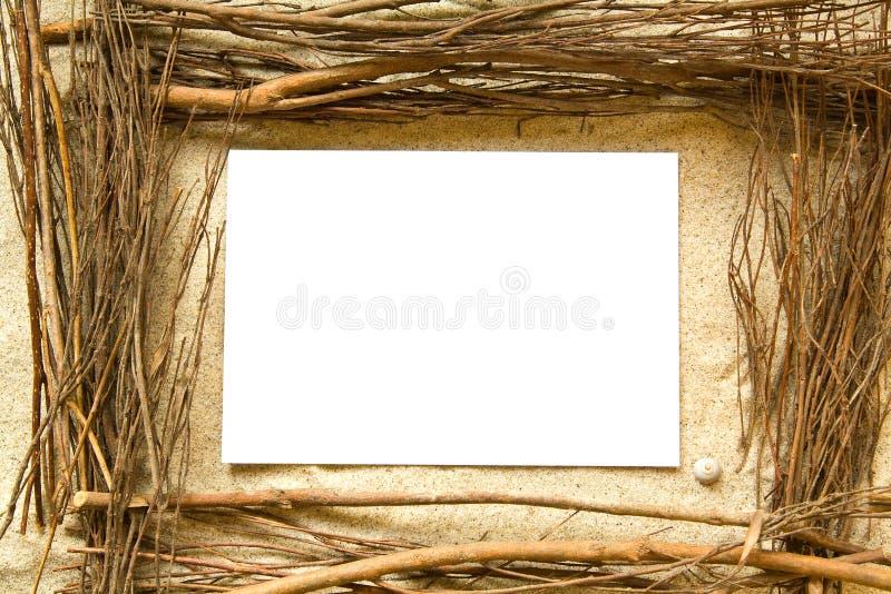 Marco de la arena y de las ramitas fotos de archivo