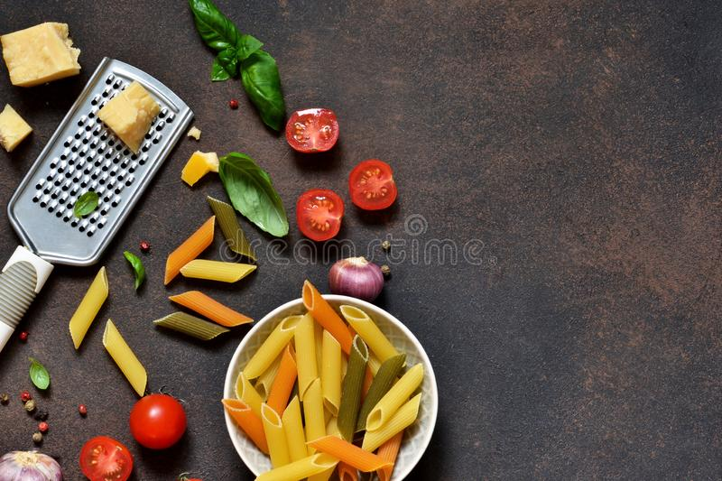 Marco de la comida Ingredientes para las pastas - tomates de cereza, ajo imagen de archivo