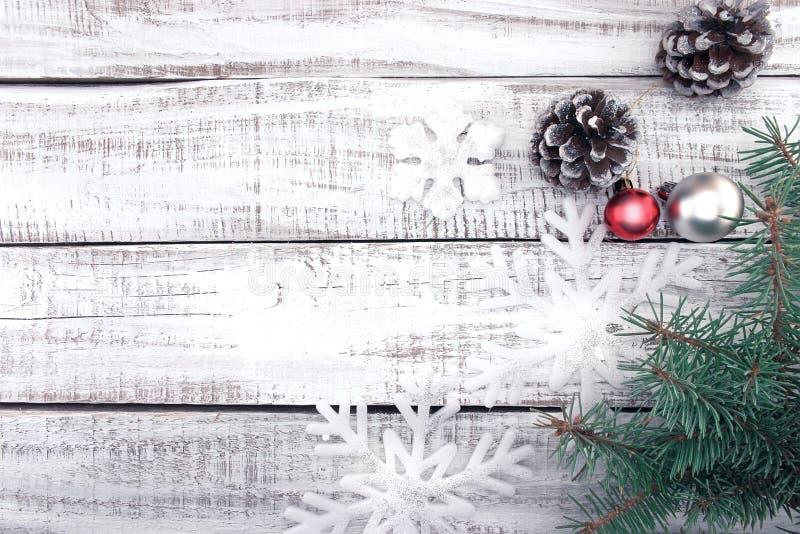 Marco de la decoración de la Navidad en el ingenio de madera rústico blanco del fondo fotos de archivo libres de regalías