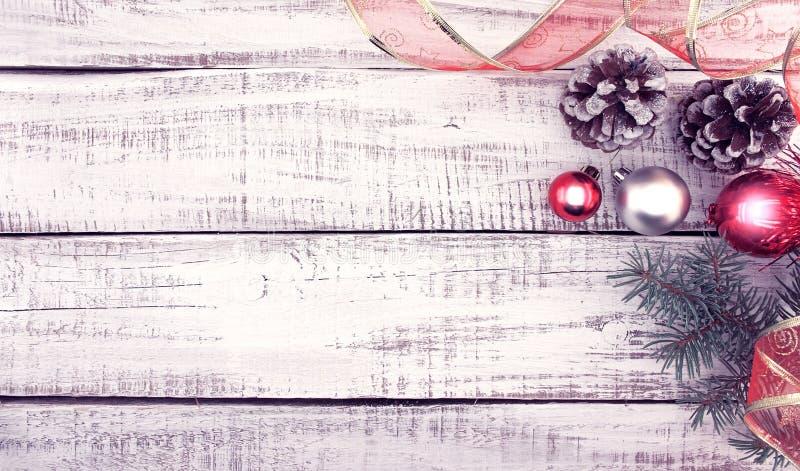 Marco de la decoración de la Navidad en el ingenio de madera rústico blanco del fondo fotografía de archivo