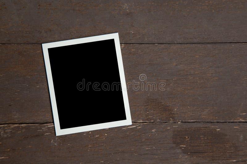Marco de la foto en el fondo de madera de la tabla Concepto del vintage foto de archivo libre de regalías
