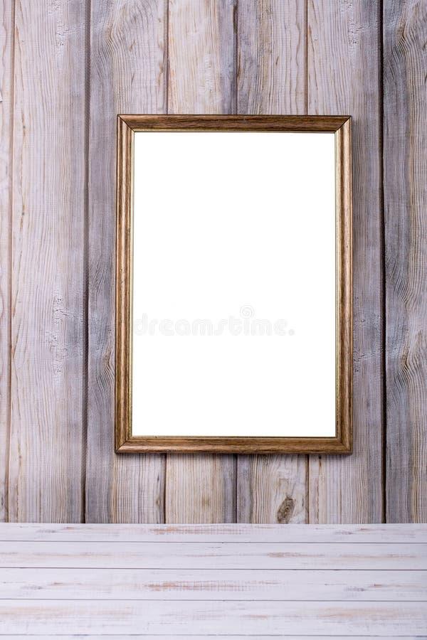 Marco de la foto en la pared en el fondo de listones de madera fotos de archivo