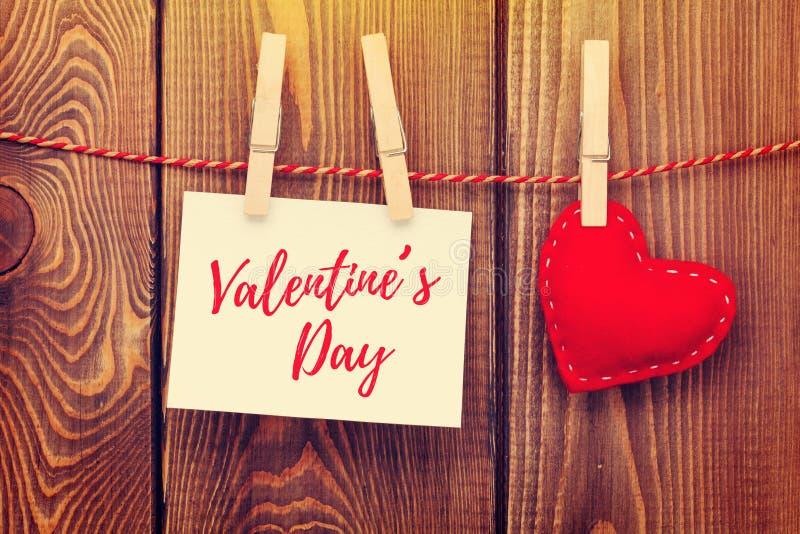 Marco de la foto y corazón handmaded del juguete del día de tarjetas del día de San Valentín imágenes de archivo libres de regalías
