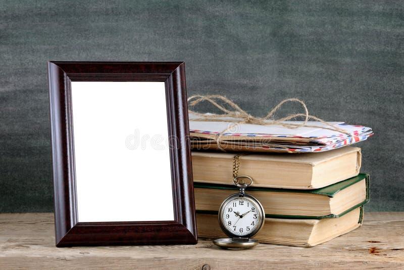 Marco de la foto y libros viejos fotografía de archivo