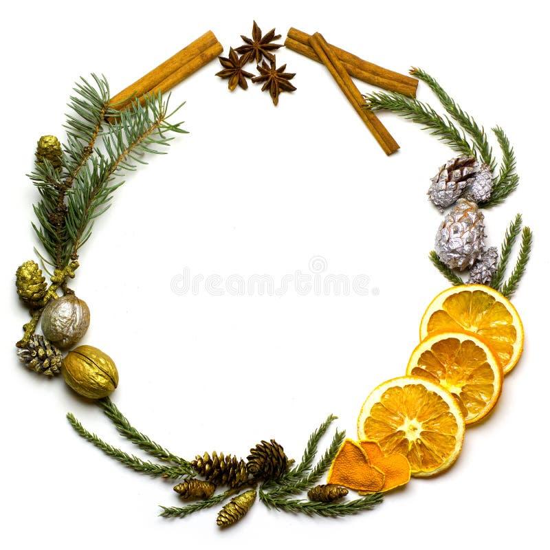 Marco de la frontera de la Navidad de la rama de árbol de abeto en el fondo blanco aislado fotos de archivo libres de regalías