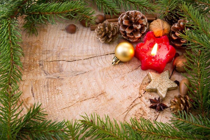 Marco de la Navidad adornado con las ramas rojas de la vela y del abeto del advenimiento imagenes de archivo