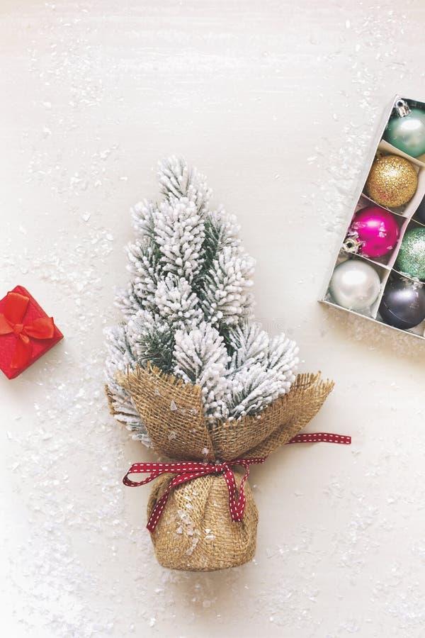 Marco de la Navidad de la chuchería, de regalos y del árbol de abeto en fondo festivo foto de archivo libre de regalías