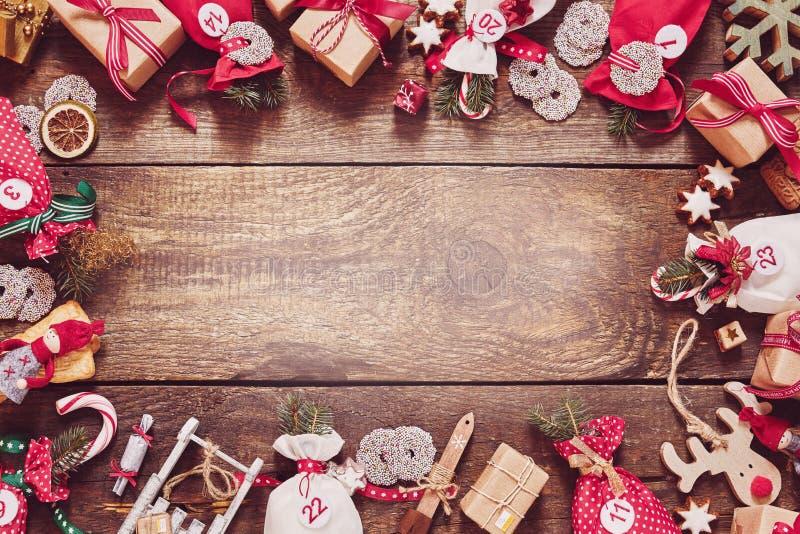 Marco de la Navidad con los regalos, el caramelo y las artesanías fotos de archivo libres de regalías