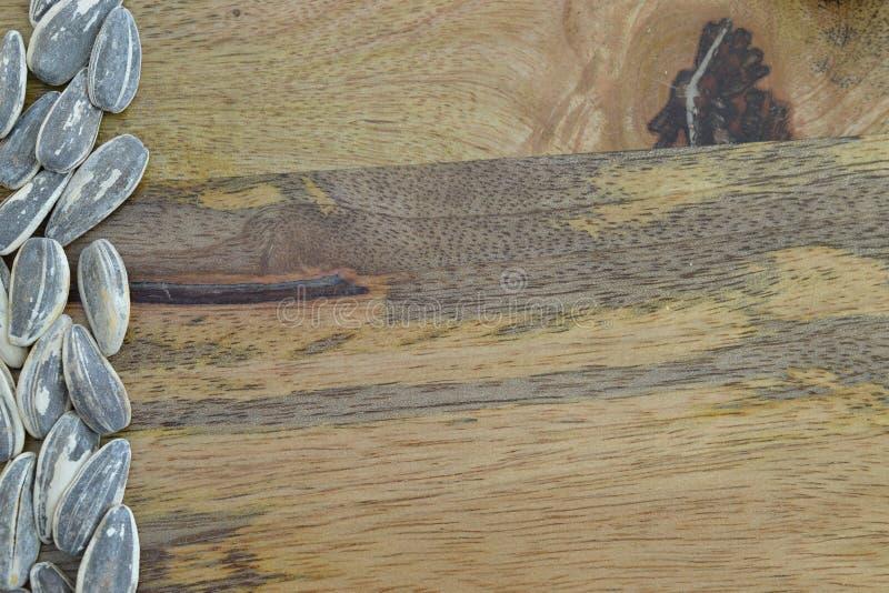 Marco de las semillas de girasol en fondo de madera imágenes de archivo libres de regalías
