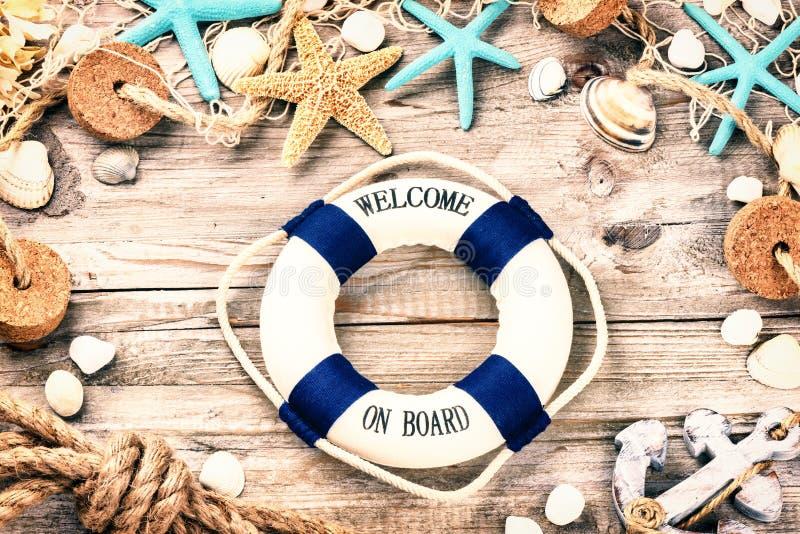 Marco de las vacaciones de verano con las conchas marinas y los accesorios de la playa imágenes de archivo libres de regalías