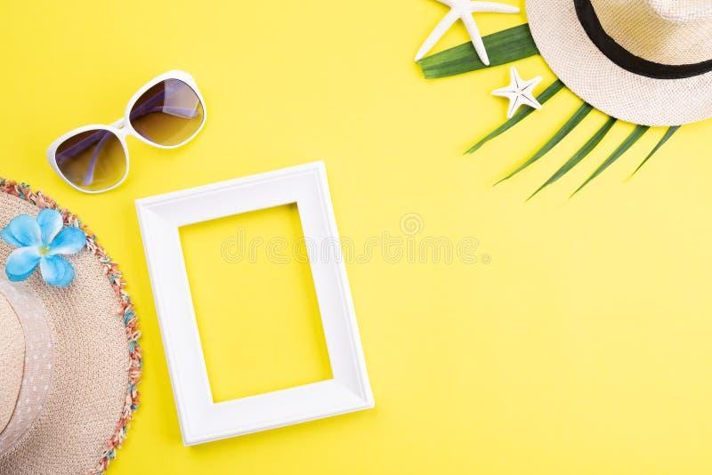 Marco de los accesorios de la playa, gafas de sol, estrellas de mar, sombrero de la playa y hojas tropicales verdes en el fondo a imagen de archivo libre de regalías