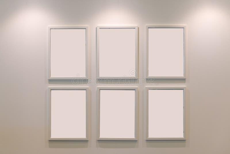 Marco de madera blanco del espacio en blanco en la decoración interior de la pared fotos de archivo libres de regalías