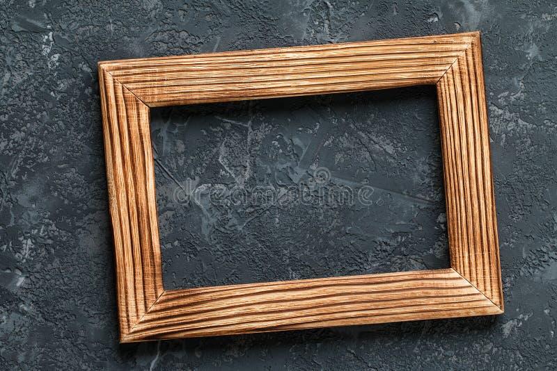 Marco de madera clásico en fondo de piedra oscuro fotografía de archivo