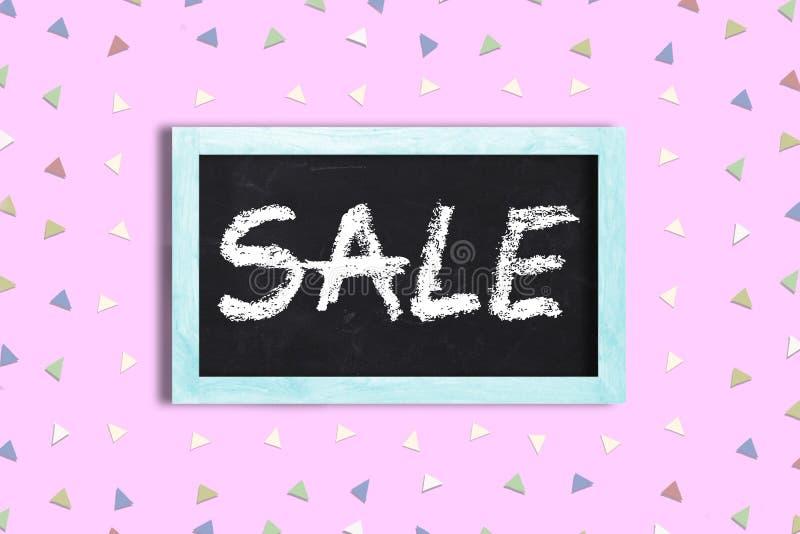 Marco de madera con una pizarra con el mensaje Venta escrita en Concepto de ventas y antecedentes de compras fotografía de archivo libre de regalías