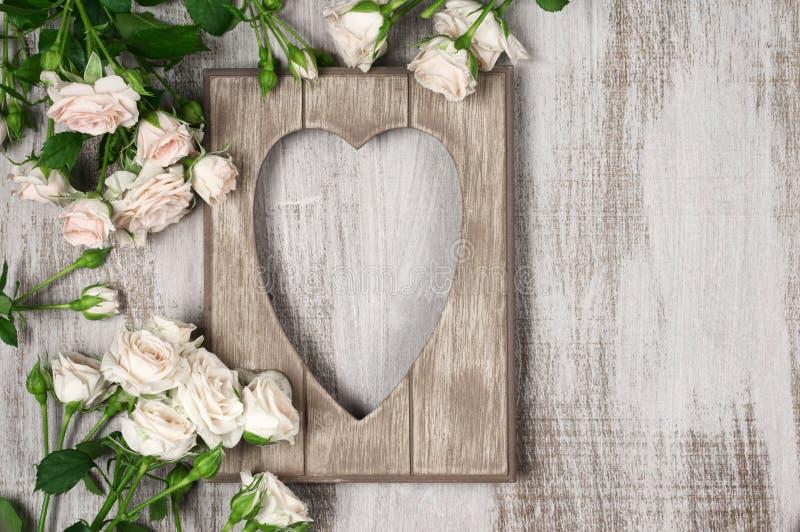 Marco de madera de la forma del corazón fotografía de archivo libre de regalías