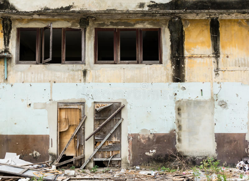 Marco de madera de la puerta y de ventana del edificio abandonado foto de archivo libre de regalías