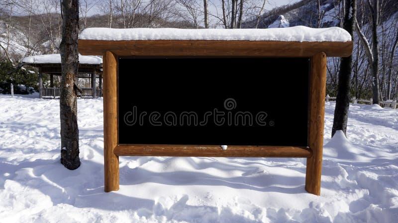 Marco de madera de la señalización en blanco en el invierno de la nieve del bosque imágenes de archivo libres de regalías