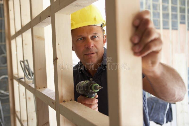 Marco de madera del edificio del trabajador de construcción foto de archivo libre de regalías