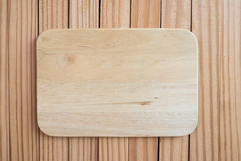 Marco de madera del espacio en blanco del tablero de la muestra en viejo fondo de madera imagen de archivo libre de regalías