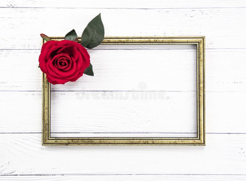 Marco de madera del vintage del oro y una rosa roja imagen de archivo libre de regalías