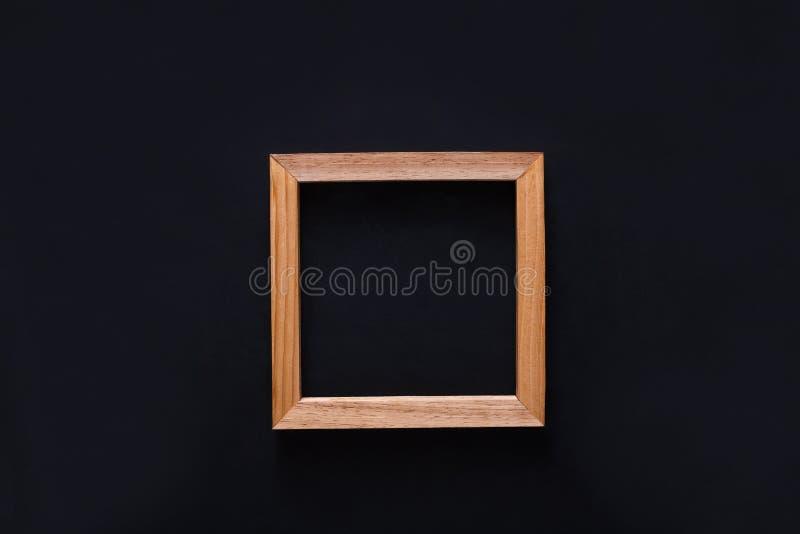 Marco de madera en blanco de la foto, recorte en fondo negro imagenes de archivo